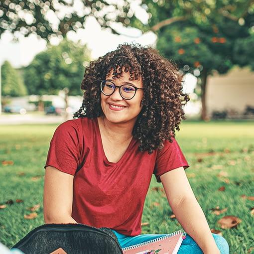 tre personer som studerar utomhus