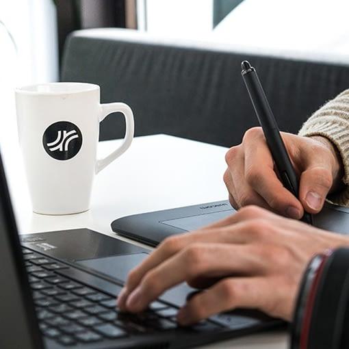 händer som jobbar vid en laptop