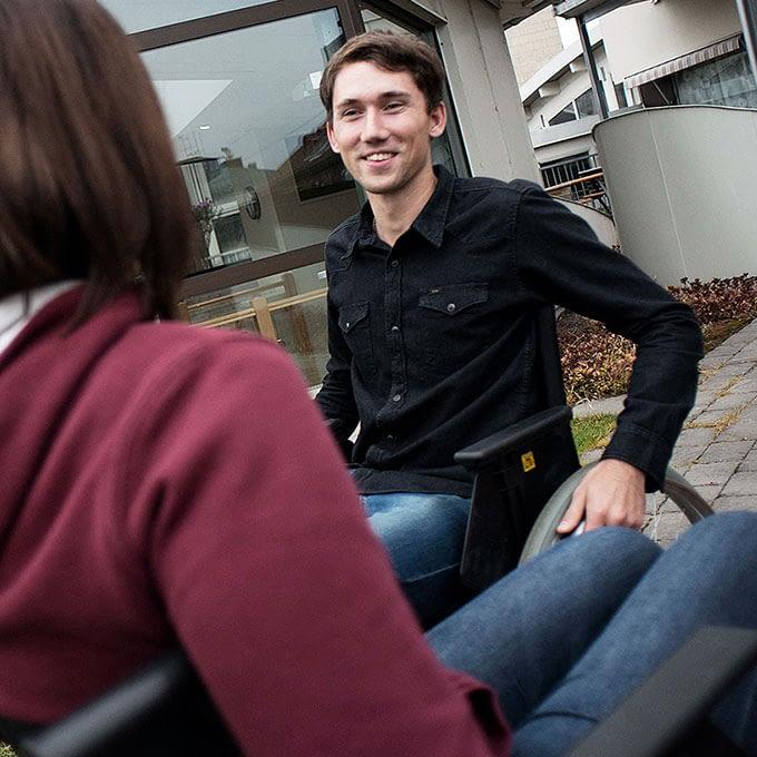 två människor i rullstol