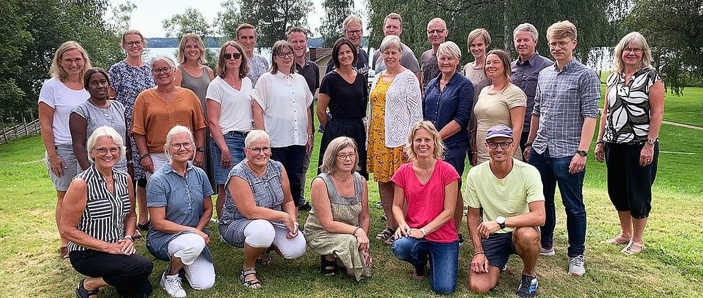 bild på hela personalen som står på en gräsmatta